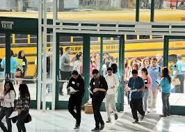 洛杉磯聯合學區的學生們開始返校